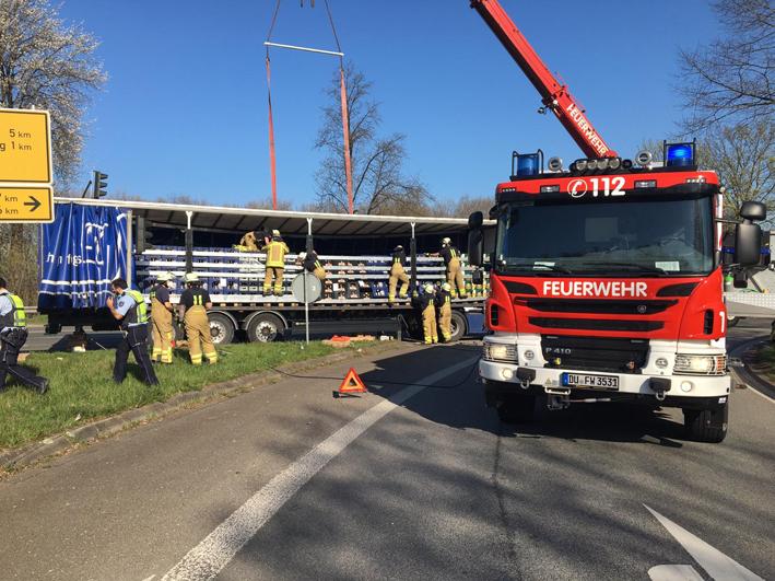Stadt Duisburg  – Feuerwehreinsatz: Getränkeladung eines Lkw drohte auf die Straße zu kippen