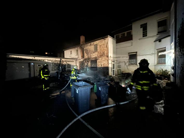 Stadt Kamp-Lintfort – Feuerwehreinsatz: Verkaufs- und Wohnanhänger brennen in einem Hinterhof