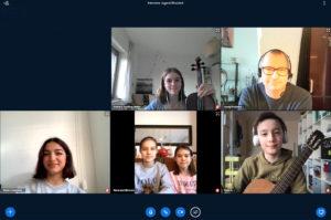 """Die Teilnehmenden des diesjährigen Wettbewerbs """"Jugend Musiziert"""" berichten Musikschulleiter Georg Kresimon (oben rechts) in einer Videokonferenz über ihre Erfahrungen. Die Teilnahme war in diesem Jahr nur per Video möglich. (Screenshot: pst)"""