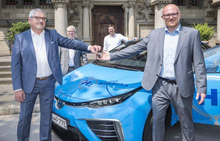 Stadt Duisburg – Toyota übergibt der Stadt und WBD zwei Wasserstoffautos