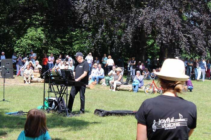 Stadt Moers – Joyful Voices & Röhre-Kneipenchor singen am 3. Juli im Schlosspark