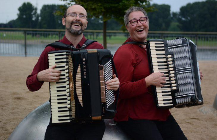 Stadt Duisburg – Parkkonzertreihe mit dem Akkordeon-Duo Juno im Jubiläumshain