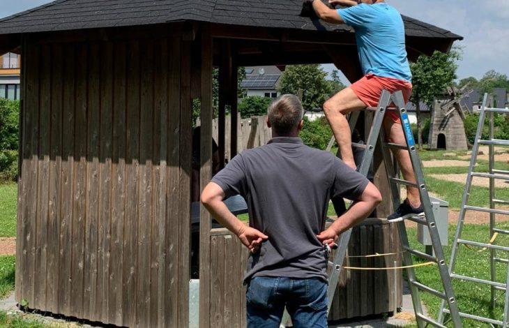 Stadt Rheinberg – Heimatverein Herrlichkeit Ossenberg e.V.:Dach des Pavillons auf dem Ossenberger Dorfplatz ist repariert