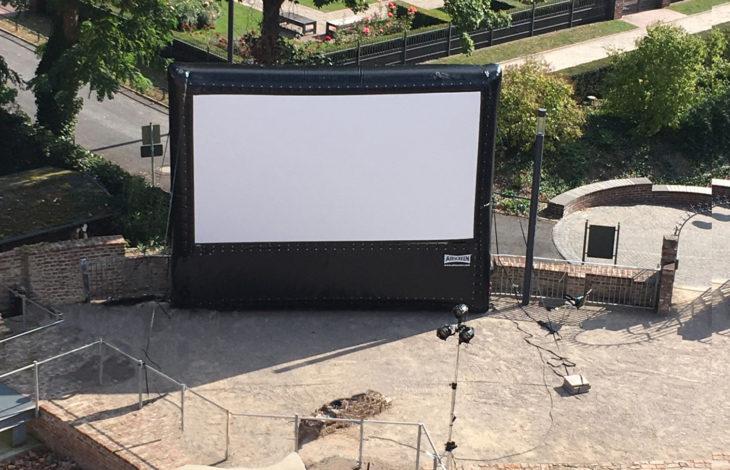 Stadt Moers – Kino im Sonnenuntergang im Schlosshof