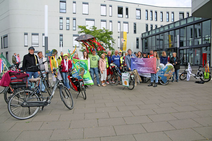Stadt Moers – 'Klima-Omas' starteten Radtour auf dem Moerser Rathausplatz